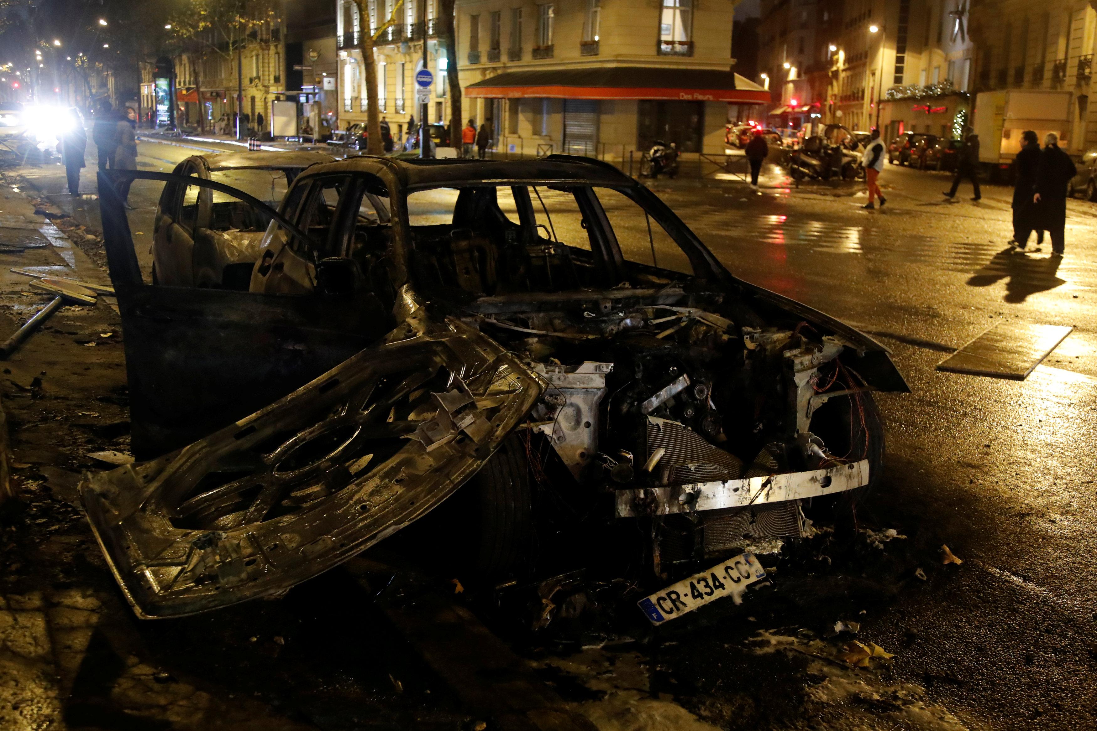 سيارات دمرها المتظاهرين