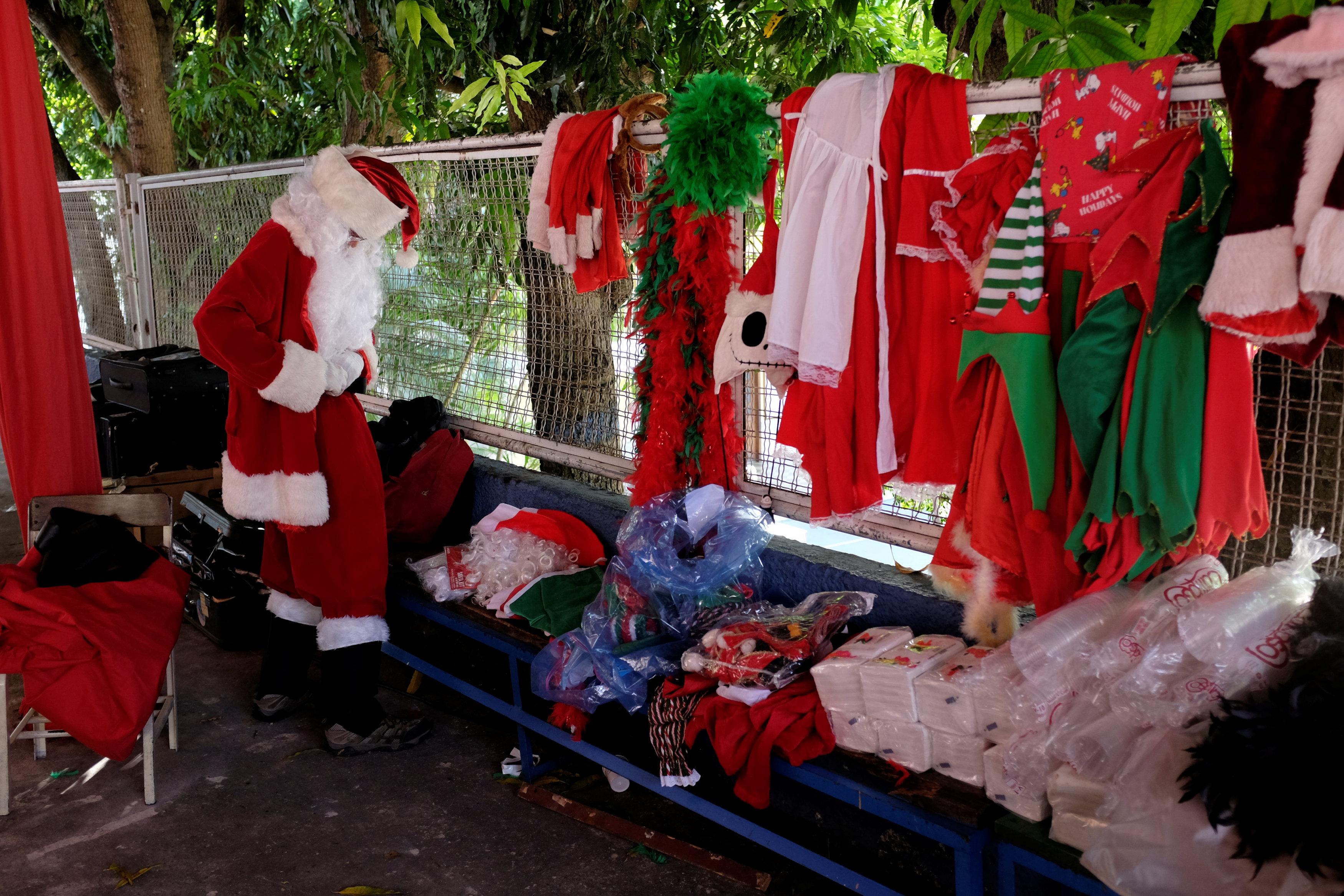 بابا نويل يتجول فى فنزويلا حاملا الهدايا لأطفال المدارس (4)