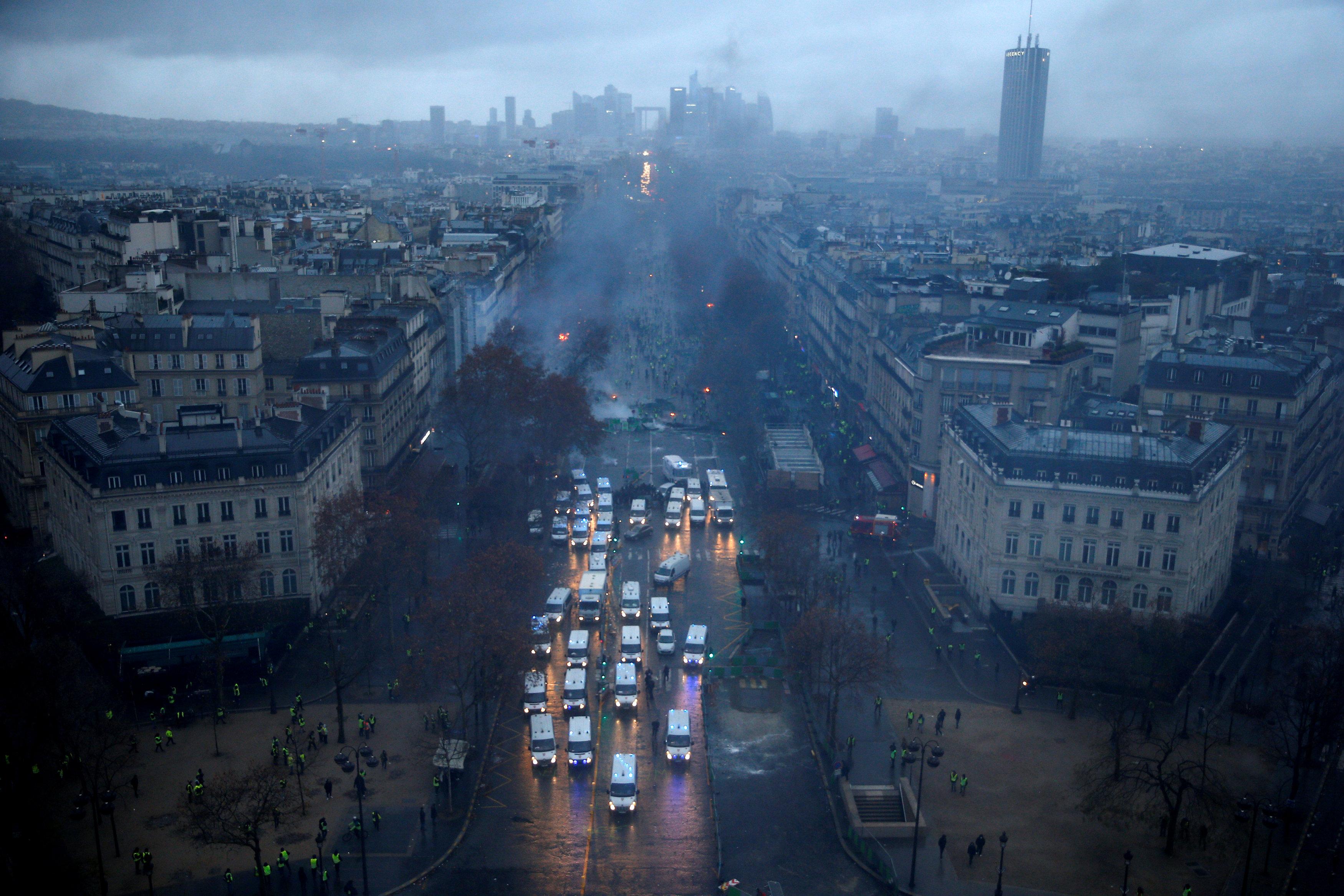 شوارع فرنسا يهيمن عليها الدخان