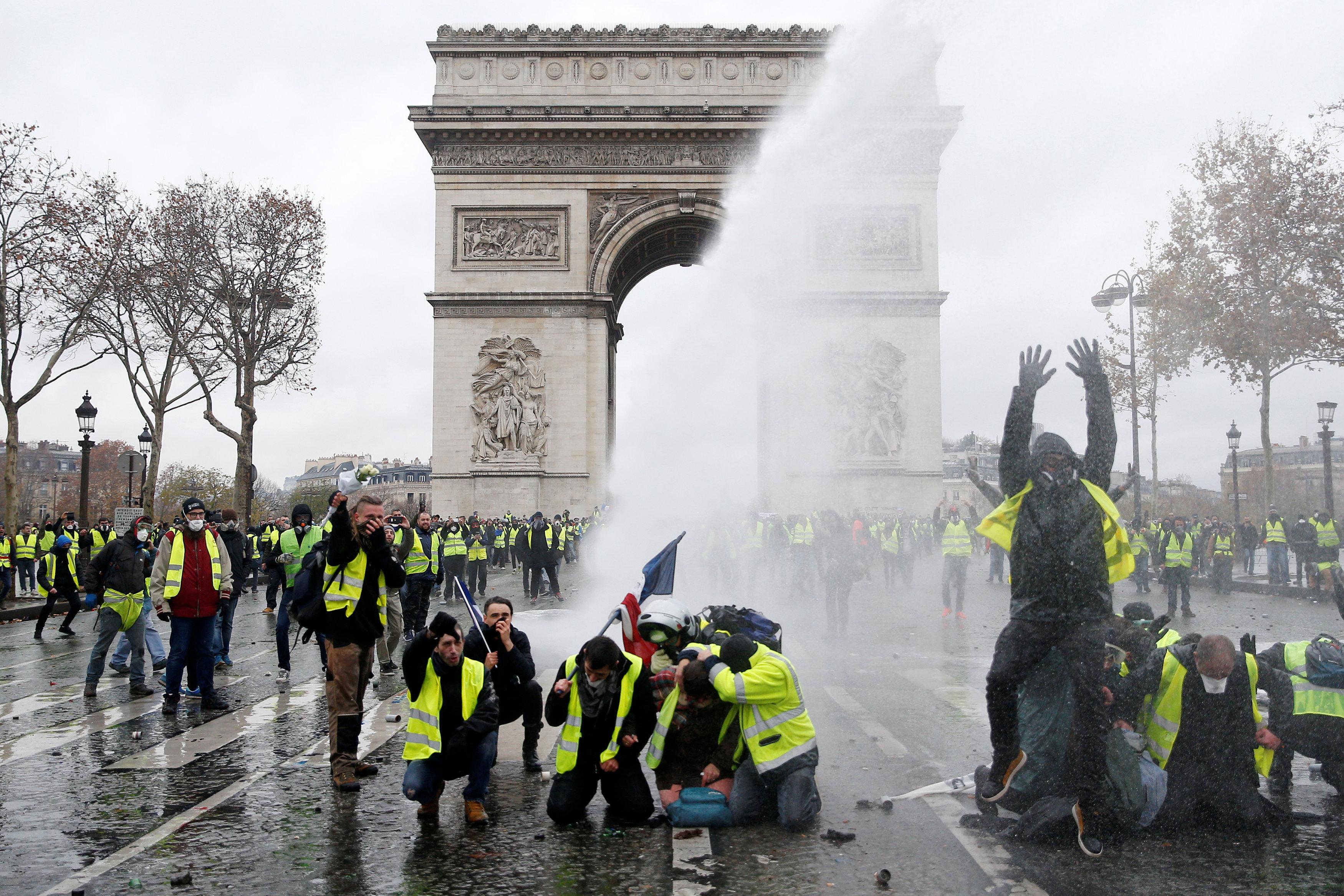 متظاهرو السترات الصفراء يحتجون على ارتفاع أسعار الوقود