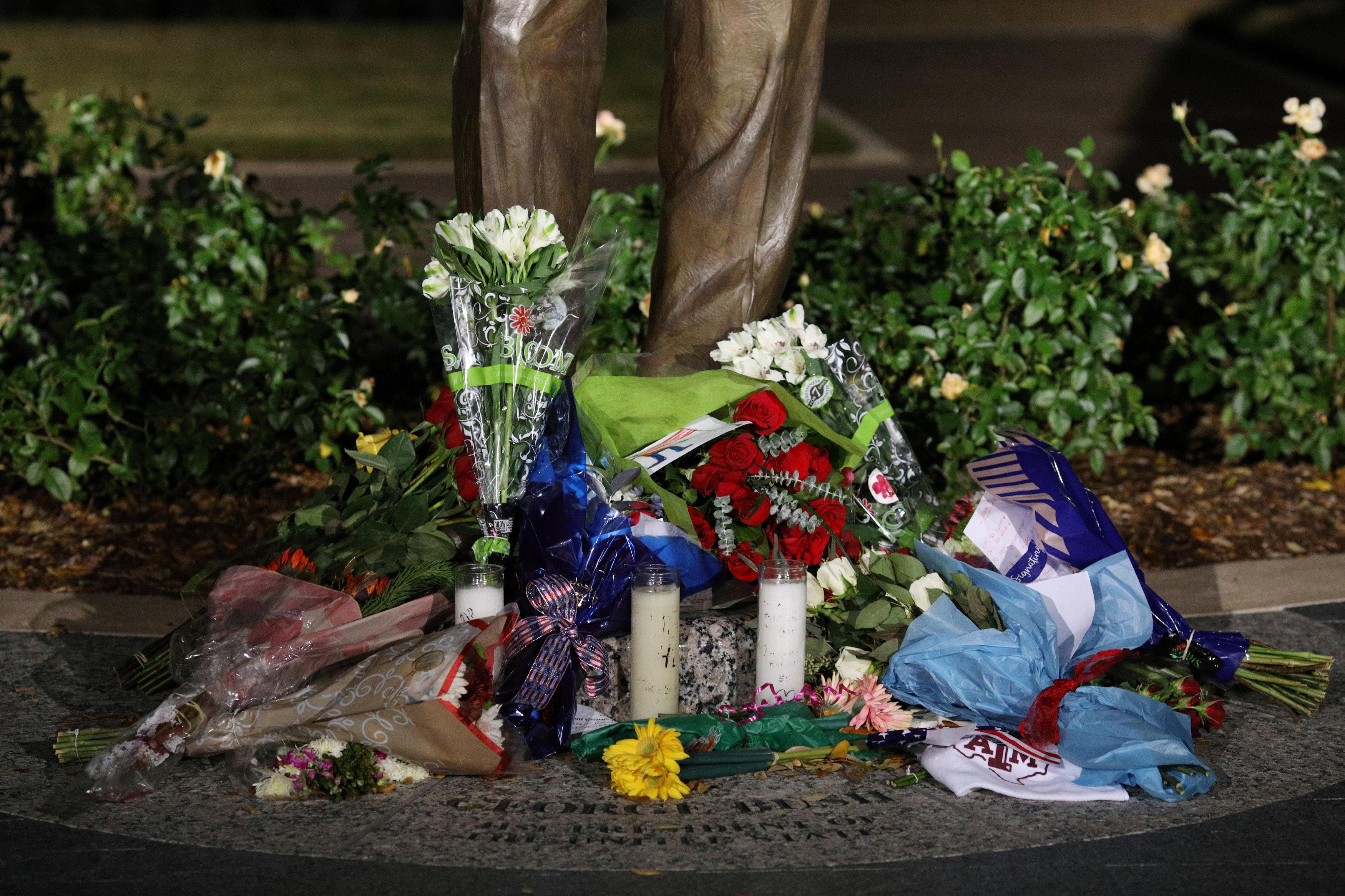 وضع الورود والشموع أمام النصب التذكارى لجورج بوش (3)
