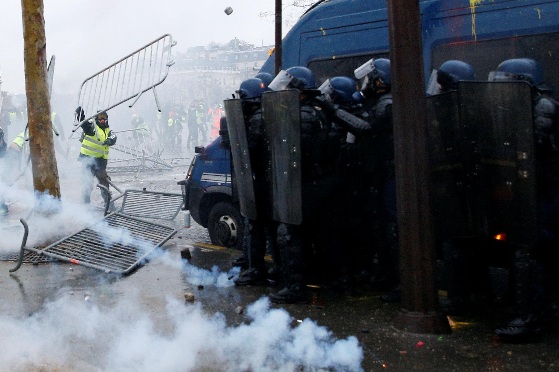 المتظاهرون يهاجمون قوات الأمن الفرنسية