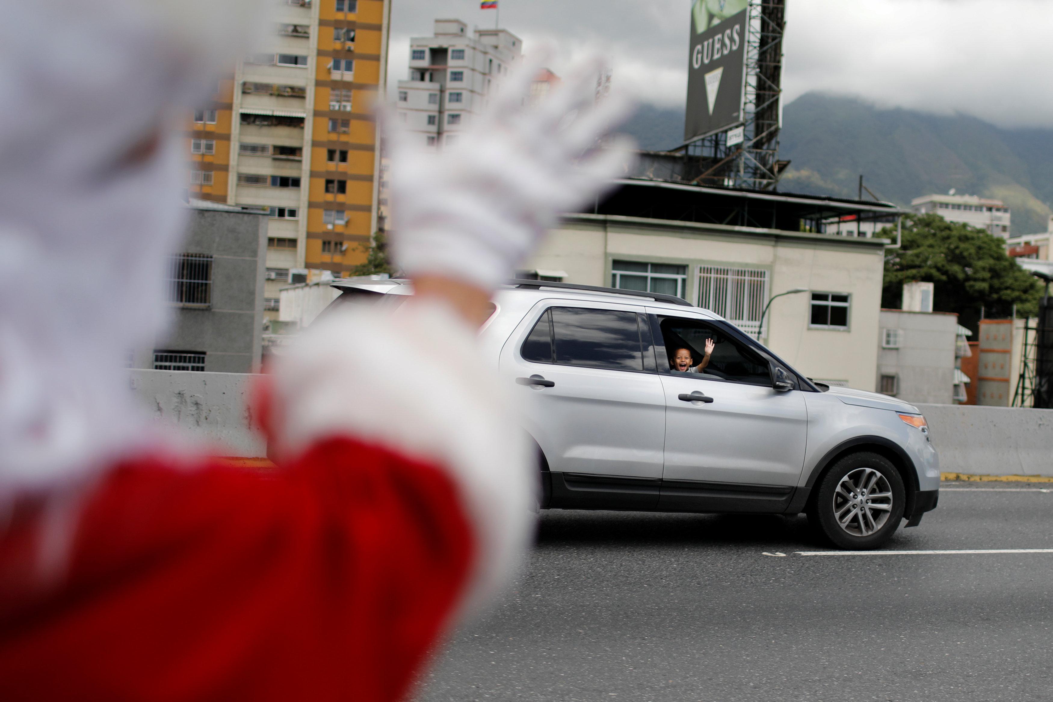 بابا نويل يتجول فى فنزويلا حاملا الهدايا لأطفال المدارس (7)