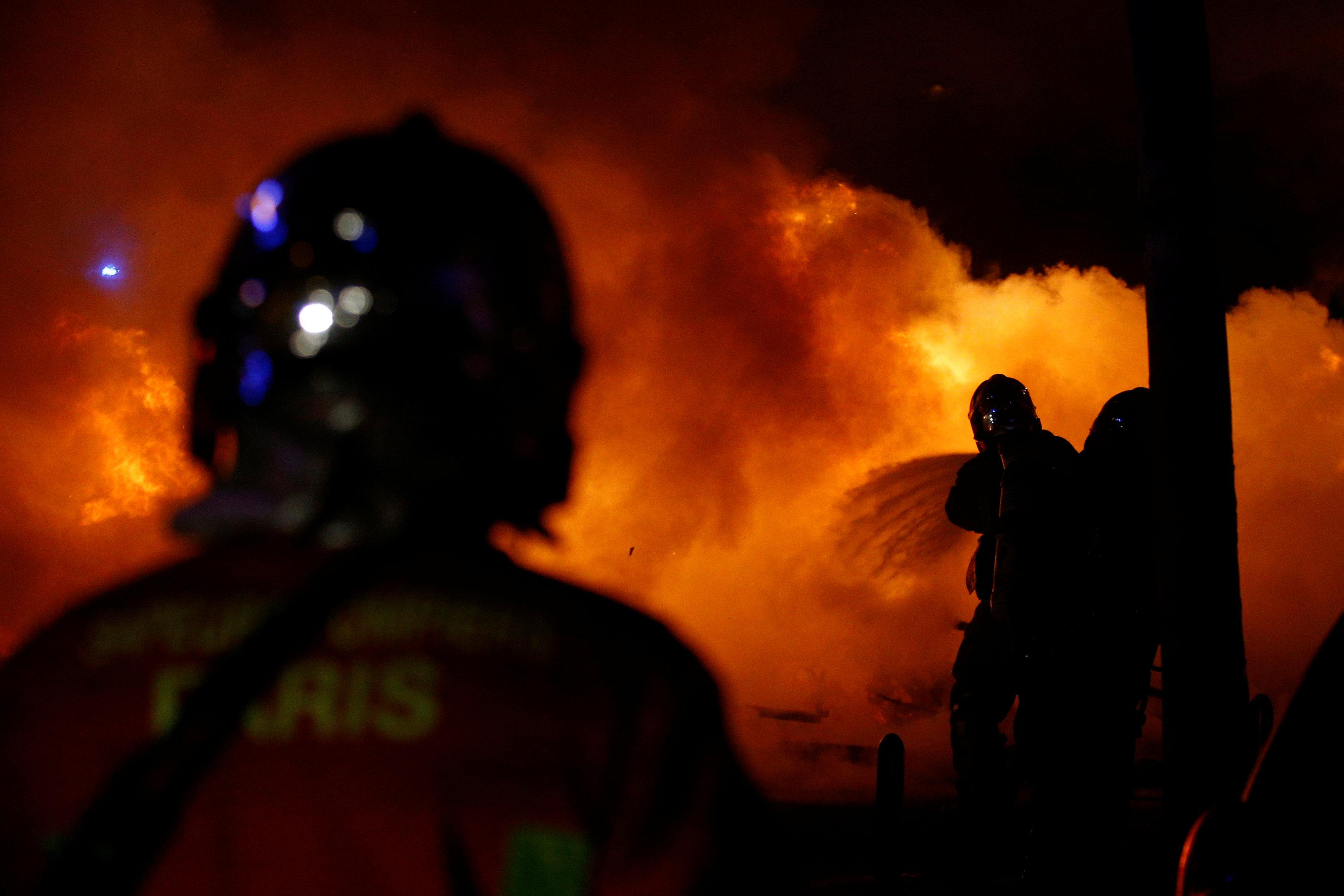 رجال الإطفاء يحاولون السيطرة على حريق