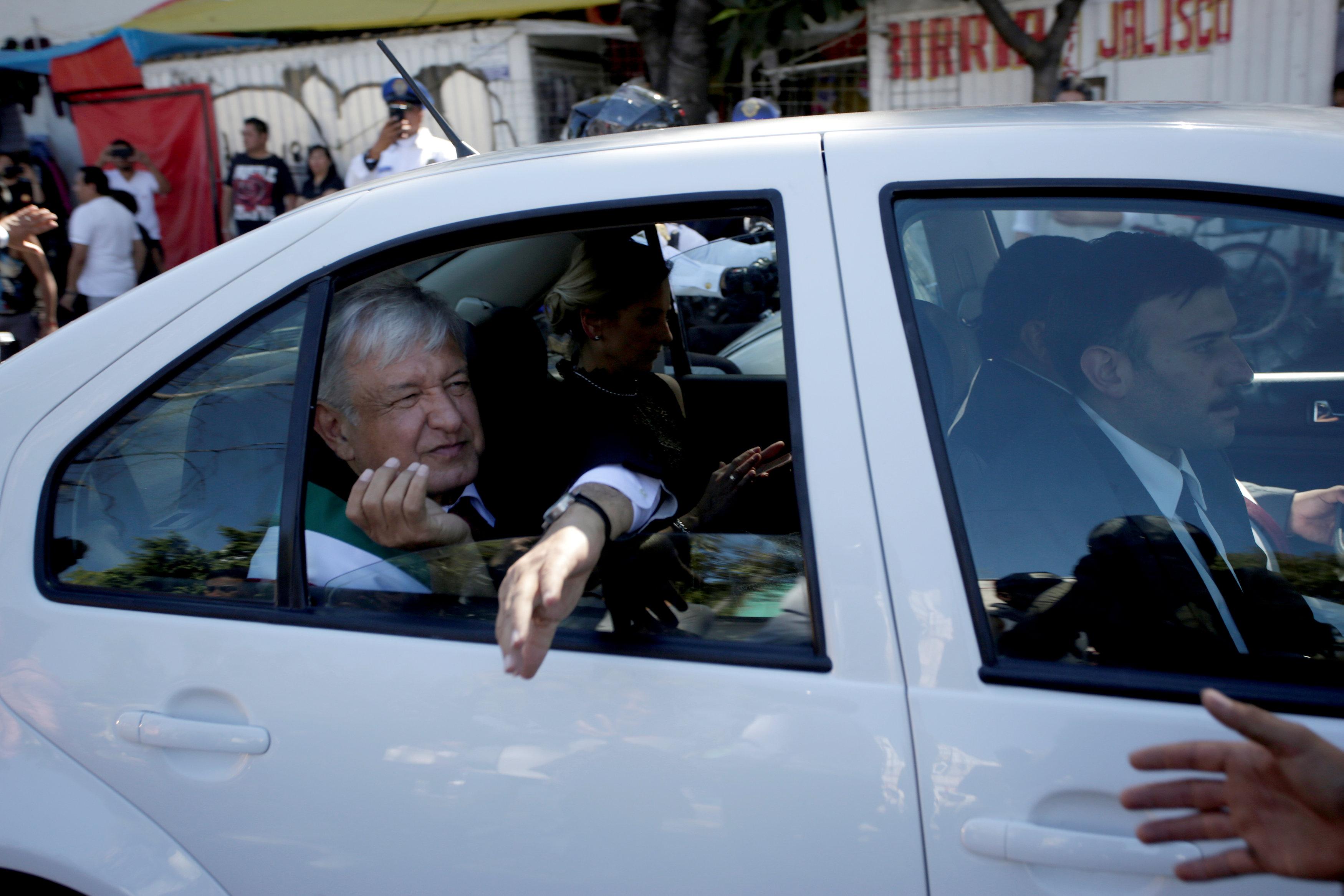الرئيس الجديد للمكسيك يتجه أثناء توجهه إلى القصر الوطني