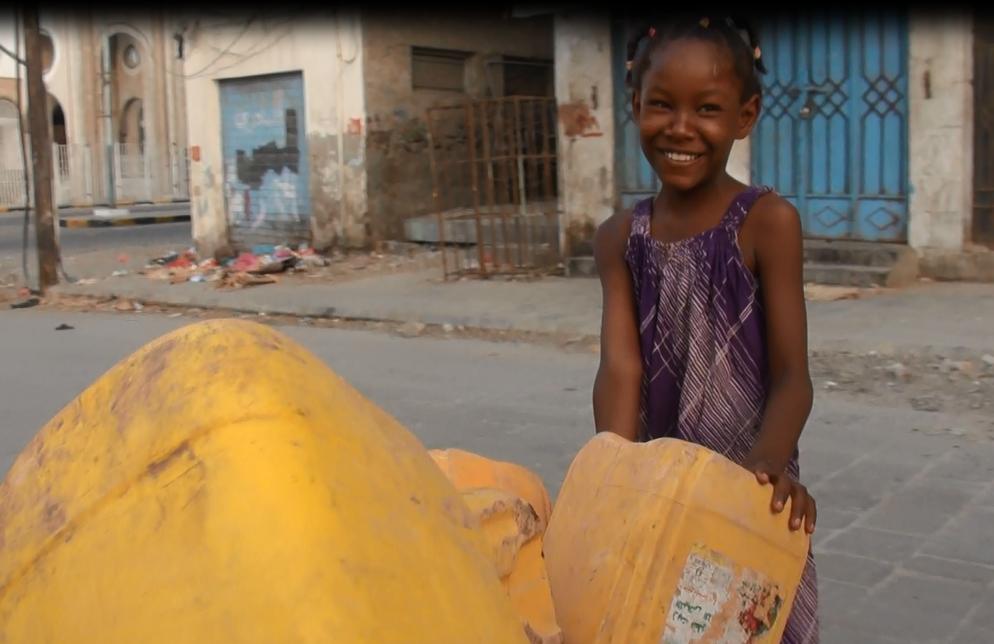 طفلة يمينة تذهب لملا جراكن المياه ومازالت تبتسم رغم المعاناة