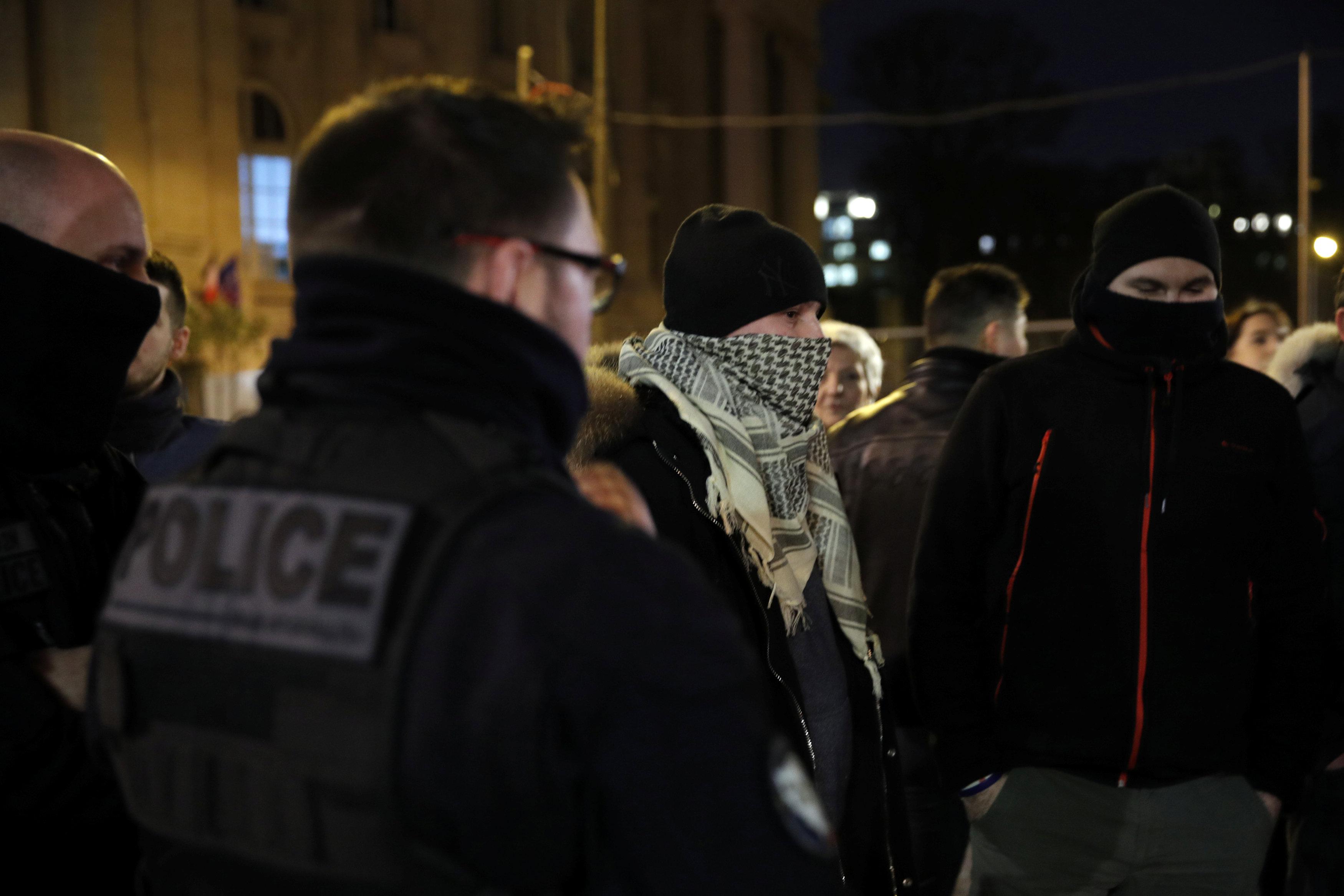 2018-12-20T222556Z_767041257_RC140373E900_RTRMADP_3_FRANCE-PROTESTS-POLICE