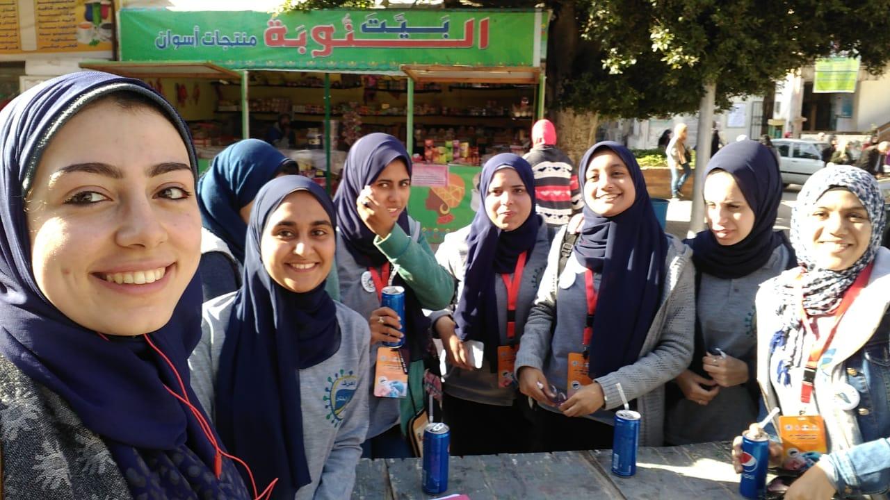 فريق الطالبات المتطوعات بالحملة خلال التوعية