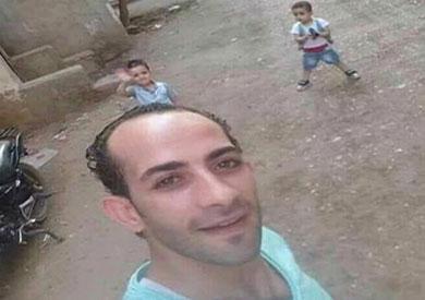 الأب بصحبة أبنائه قبل التخلص منهم