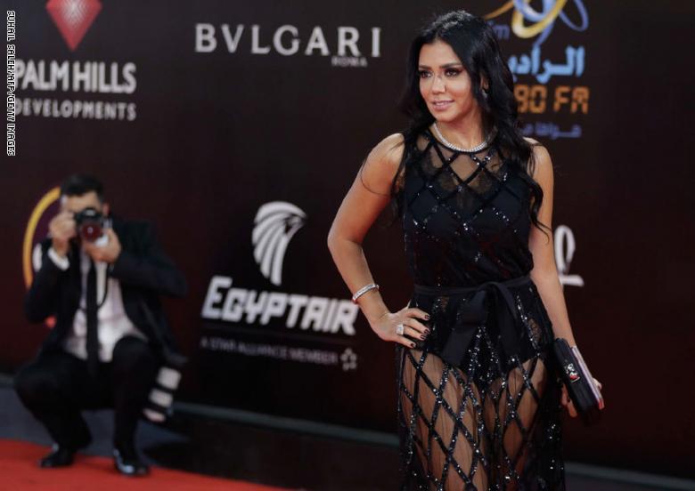 فستان رانيا يوسف المثير للجدل