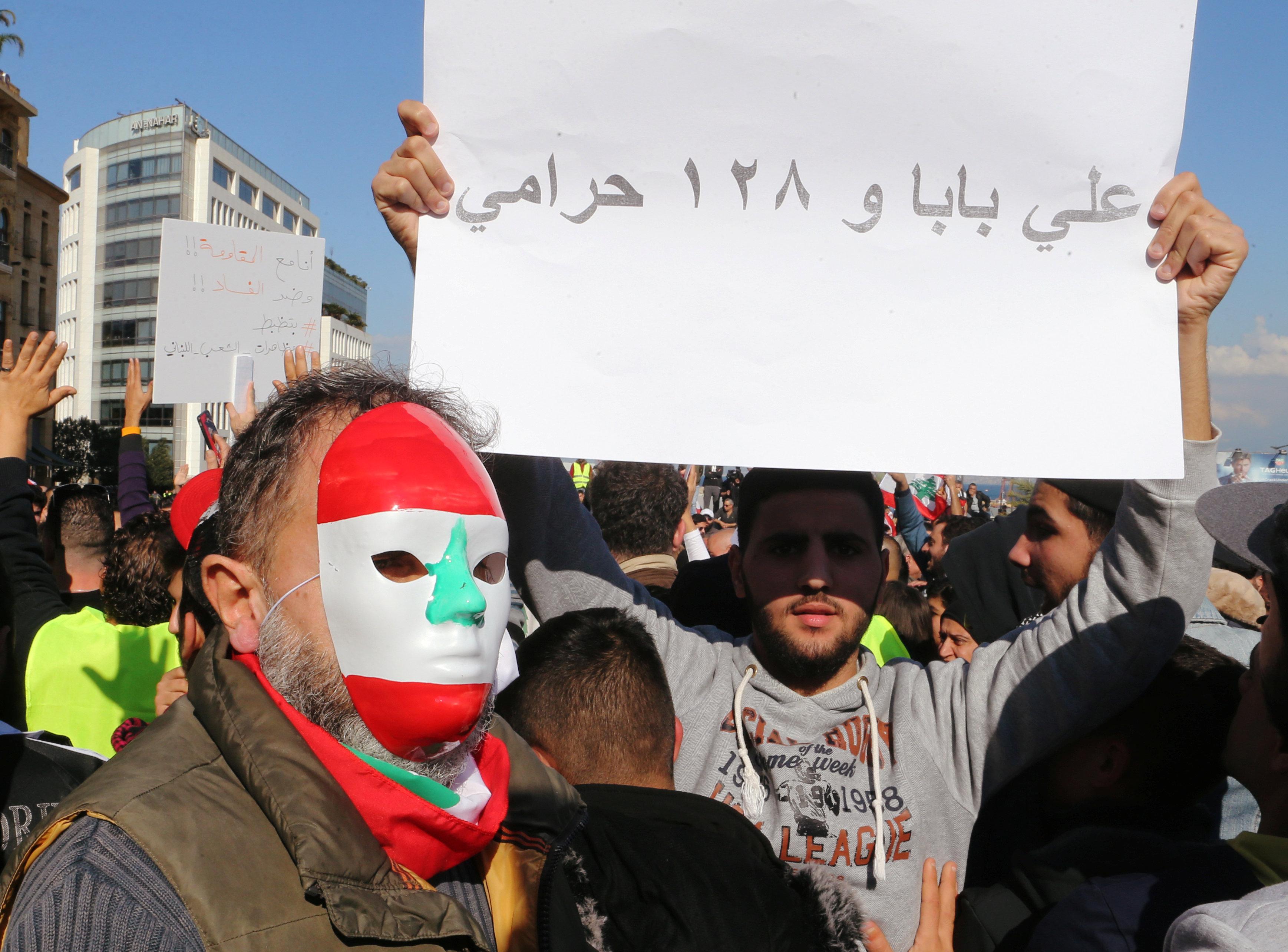 السترات الصفراء تظهر فى احتجاجات لبنان (4)