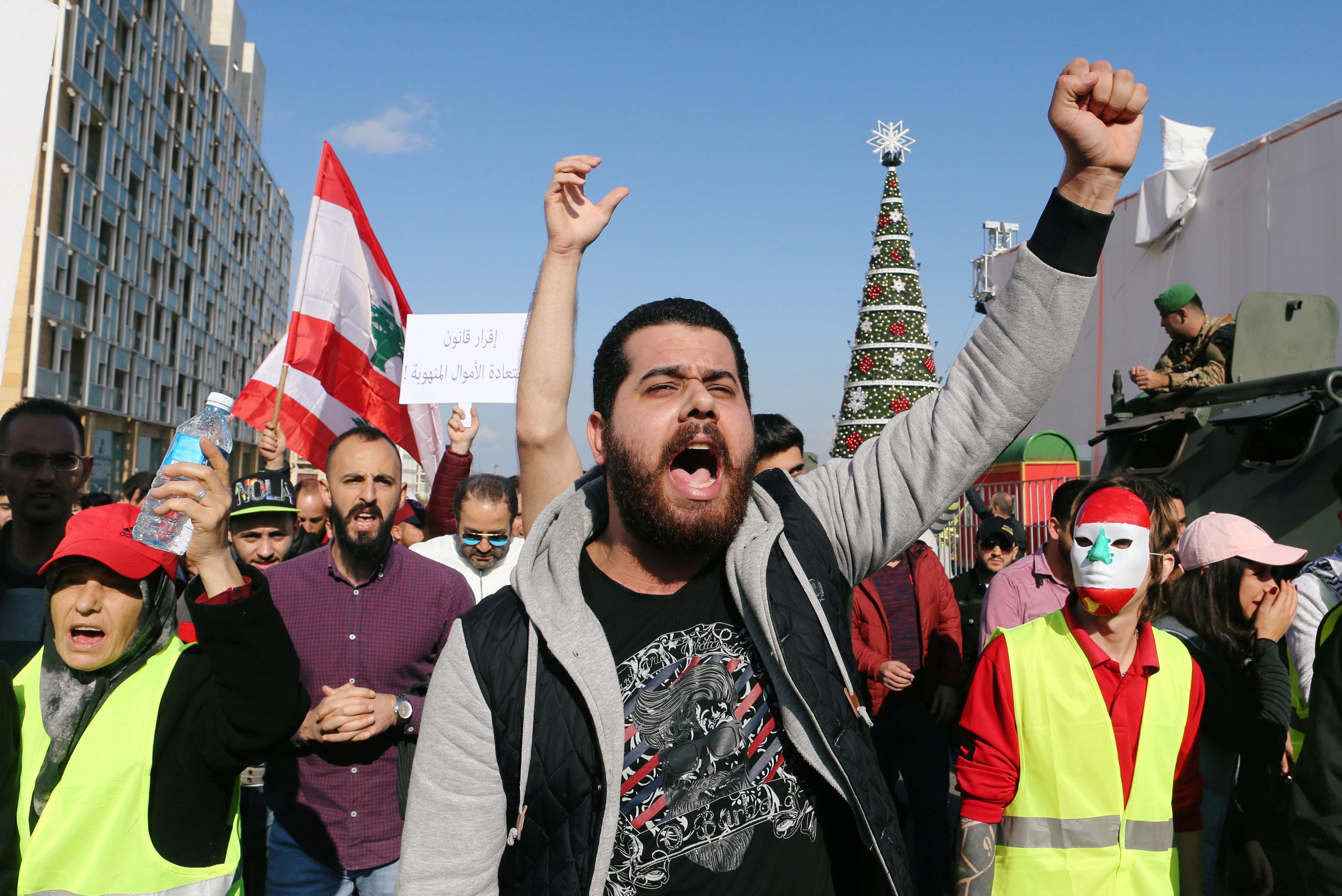 السترات الصفراء تظهر فى احتجاجات لبنان (2)