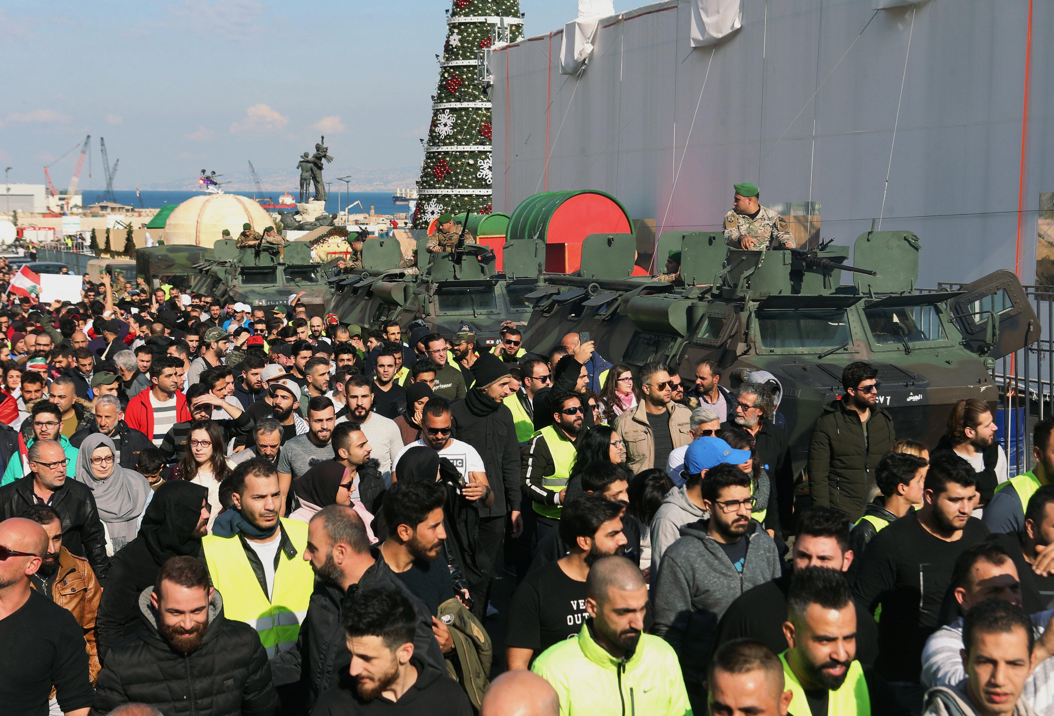 السترات الصفراء تظهر فى احتجاجات لبنان (1)