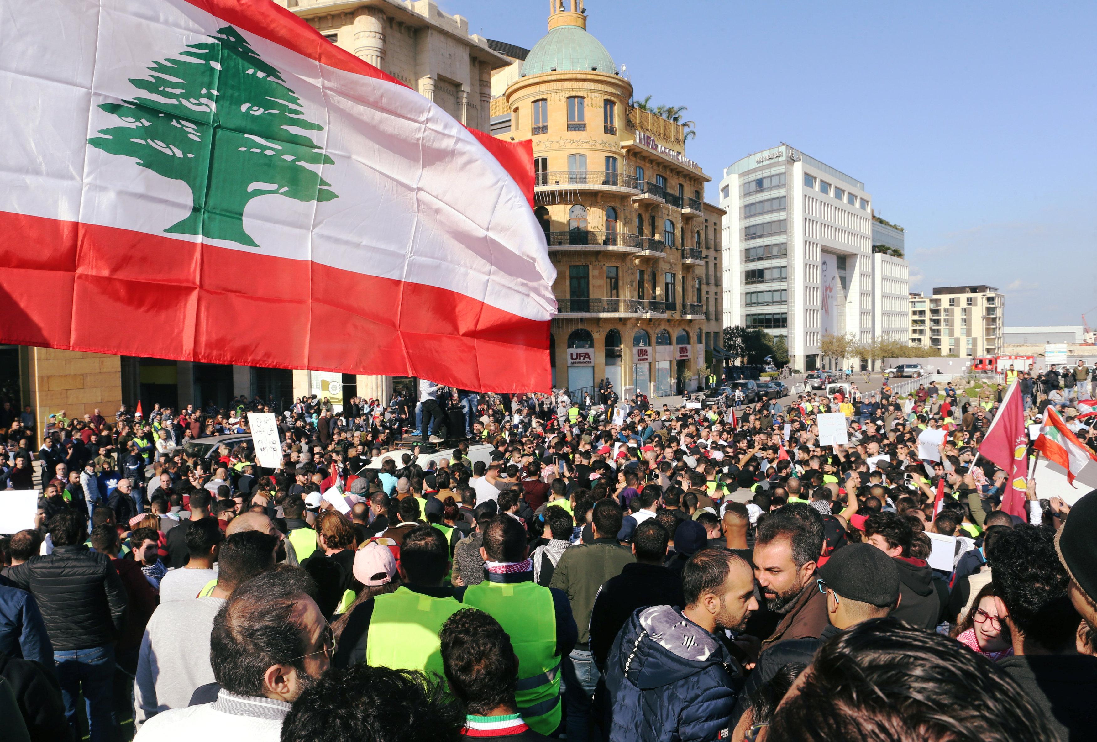 السترات الصفراء تظهر فى احتجاجات لبنان (3)