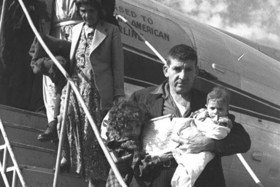 عائلة يهودية عراقية بعد وصولها إسرائيل عام 1950