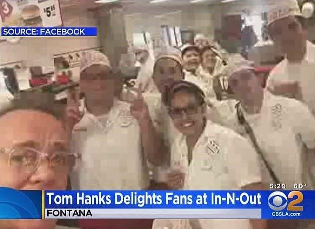 توم هانكس يفاجئ معجبيه باحدي المطاعم  (4)