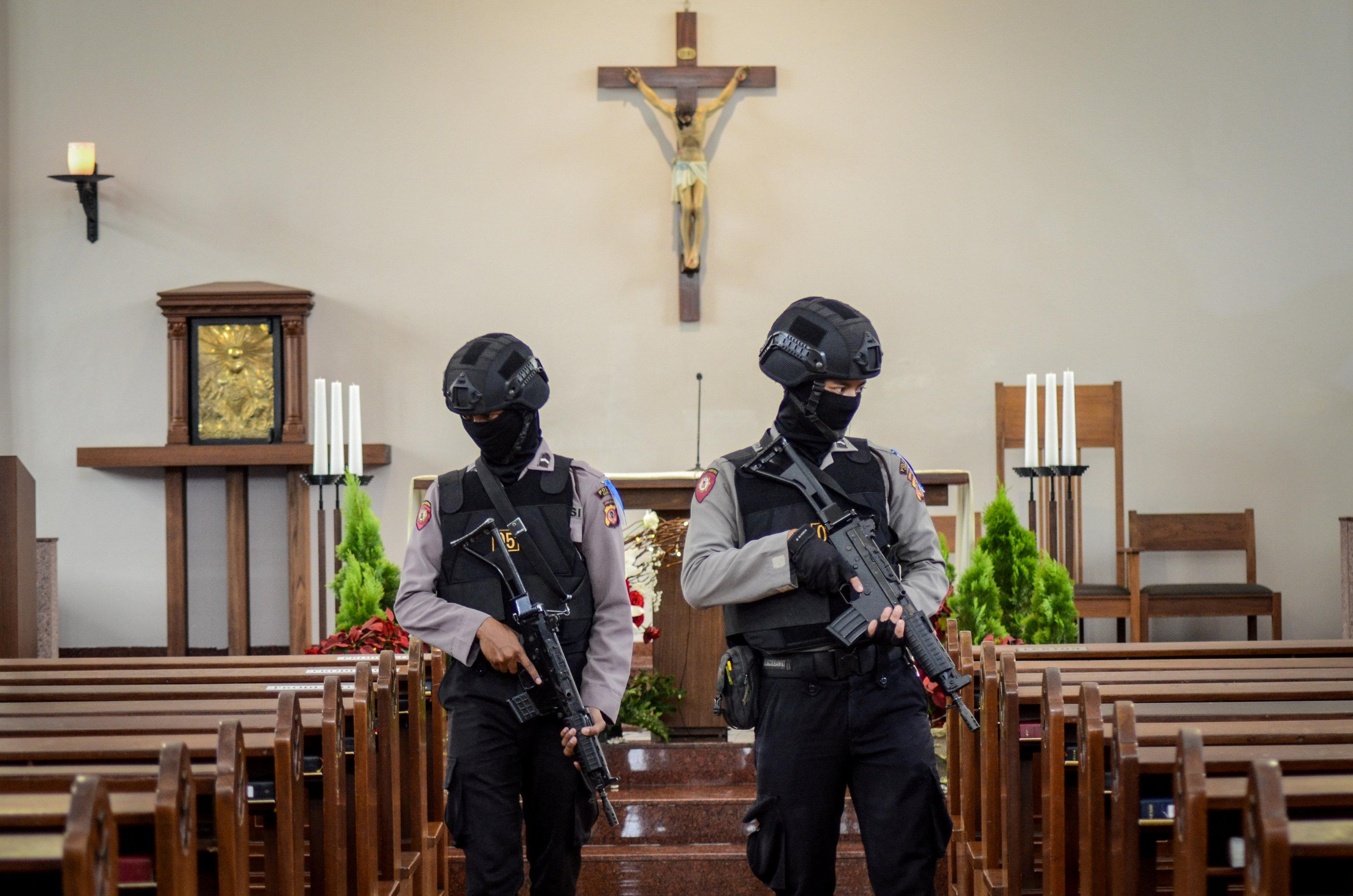 تثيف أمنى داخل الكنائس فى إندونيسيا