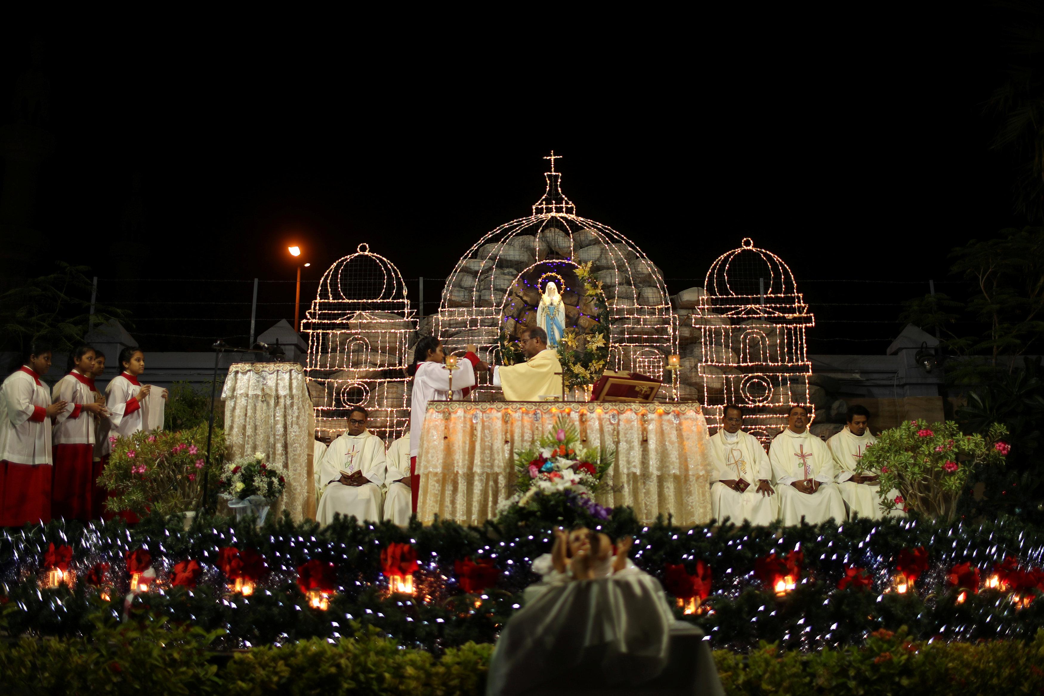 احتفالات المسيحين فى كنيسة سانت ماريا بالإمارات