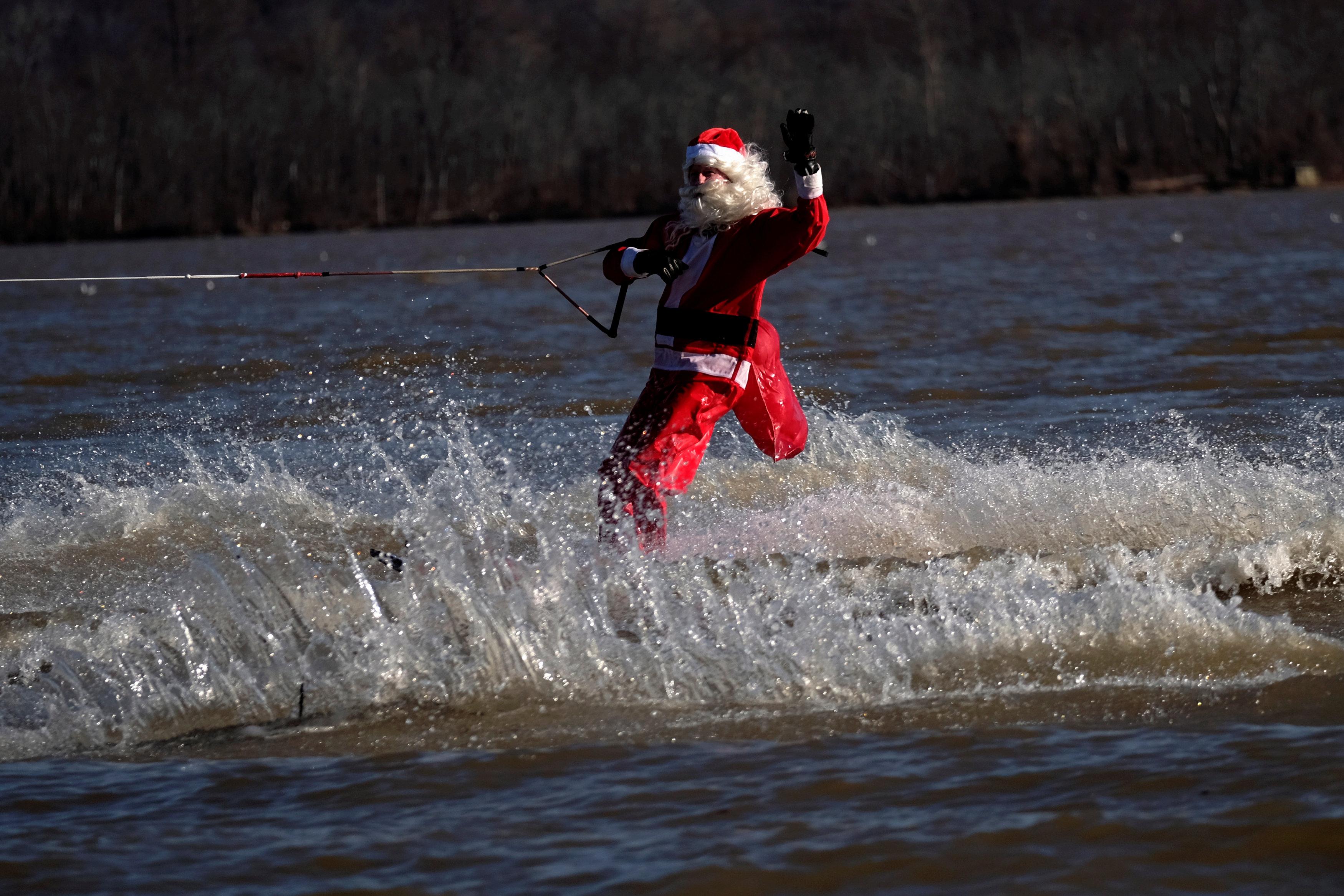 سانتا كلوز فى المياه بفرجينيا الأمريكية