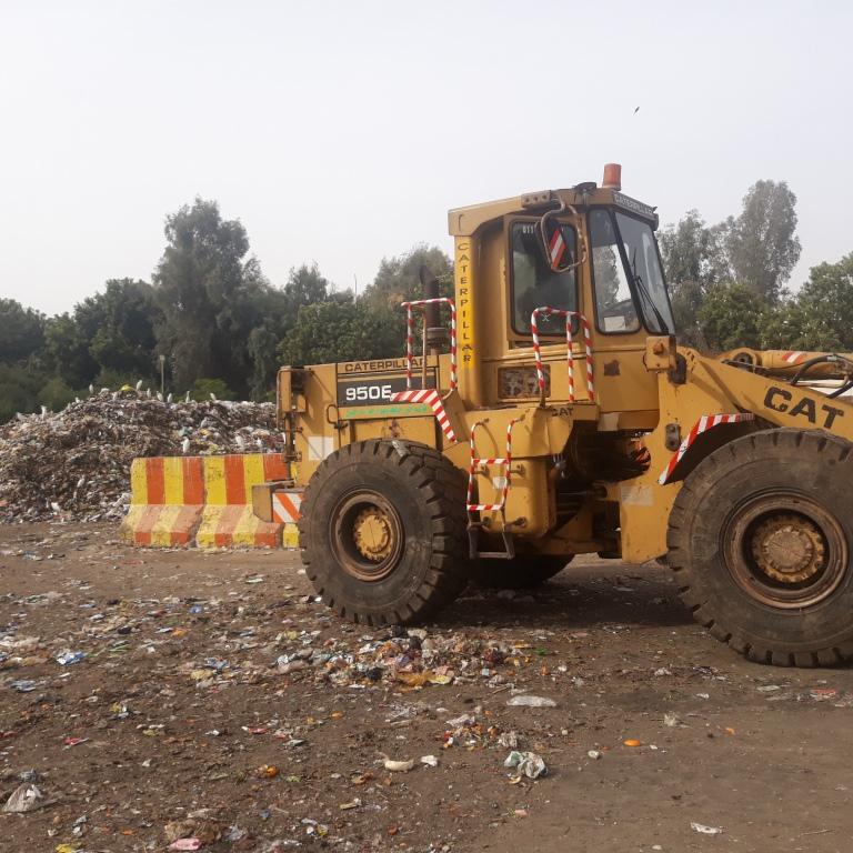 6 لودر لنقل الققمامة داخل المصنع