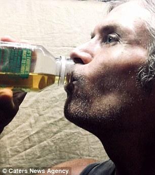 أحد الأشخاص يشرب بوله