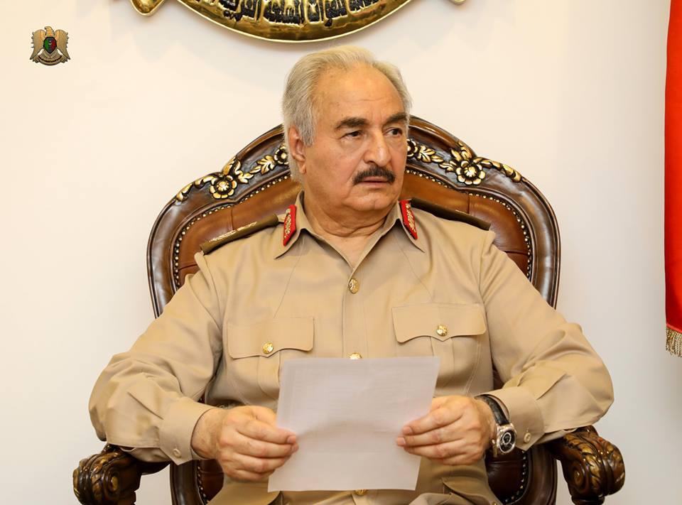 المشير حفتر يتسلم موقف القوات الليبية خلال معركة تحرير درنة
