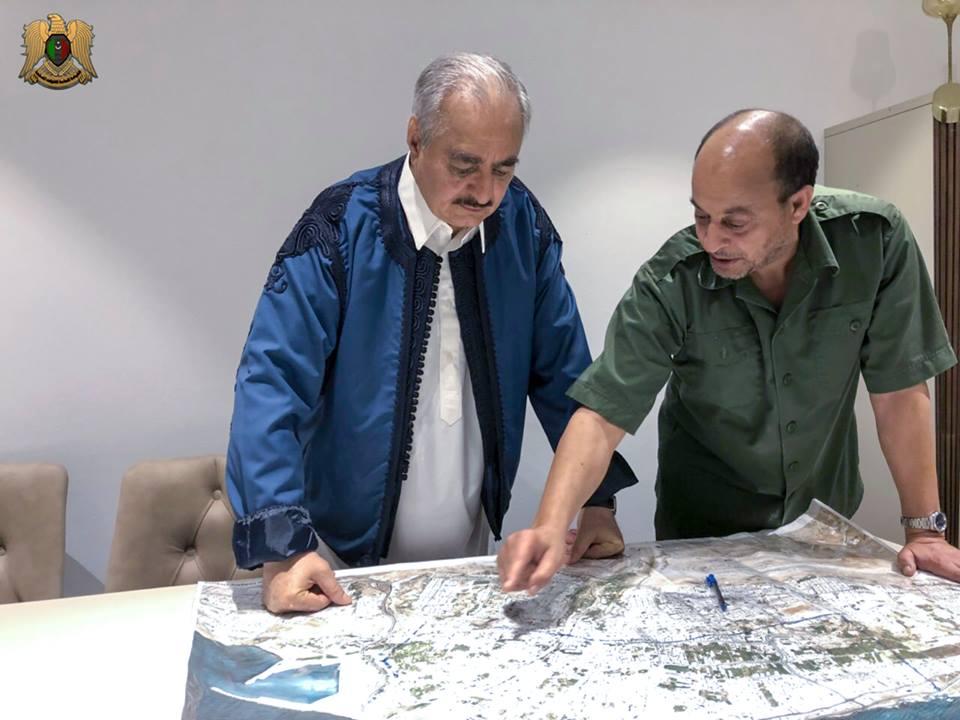 العميد أحمد سالم آمر غرفة عمليات الكرامة يطلع المشير حغتر على خطة تحرير الهلال النفطي