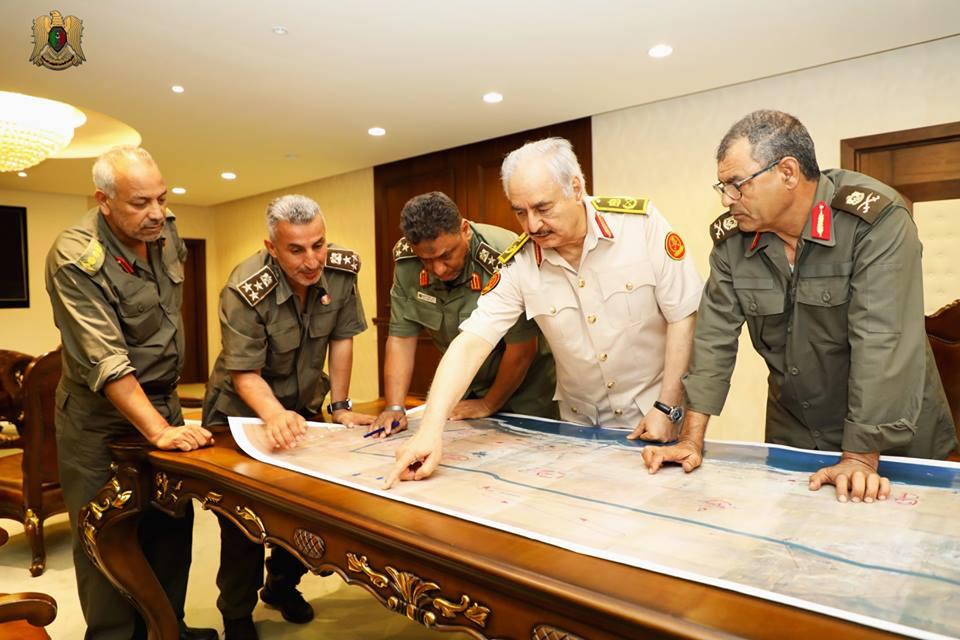 قيادات عسكرية ليبية تطلع المشير حفتر على سير العمليات فى درنة