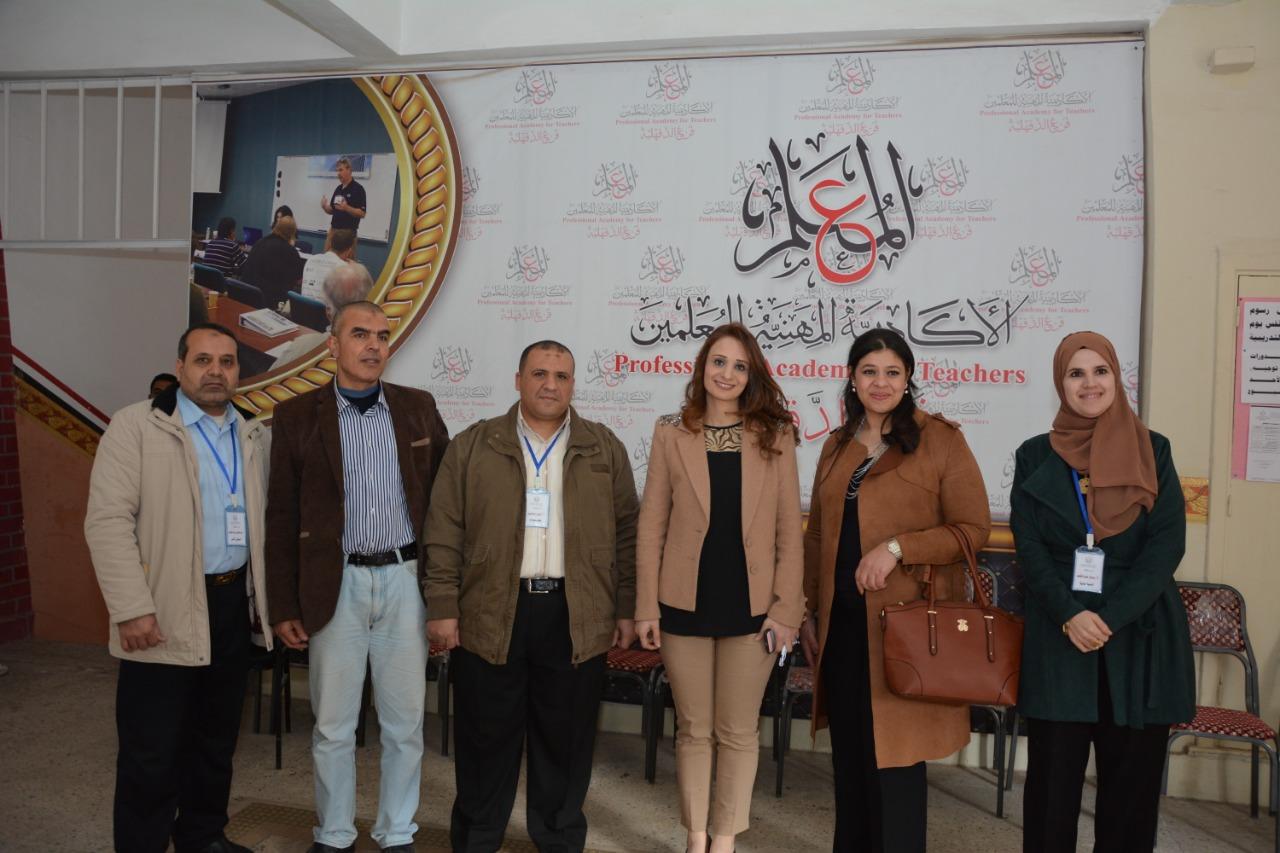 غادة خليل مدير مشروع رواد 2030 وعدد من المدرسين