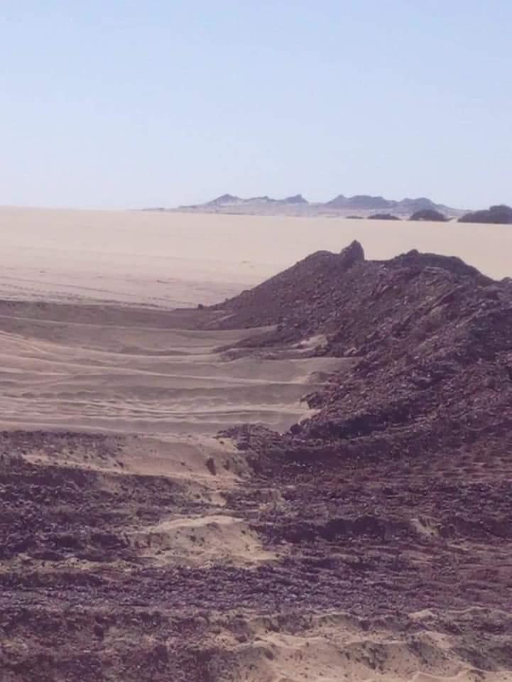 سواتر ترابية حول برك الصرف الصحى بمدينة الخارجة (5)