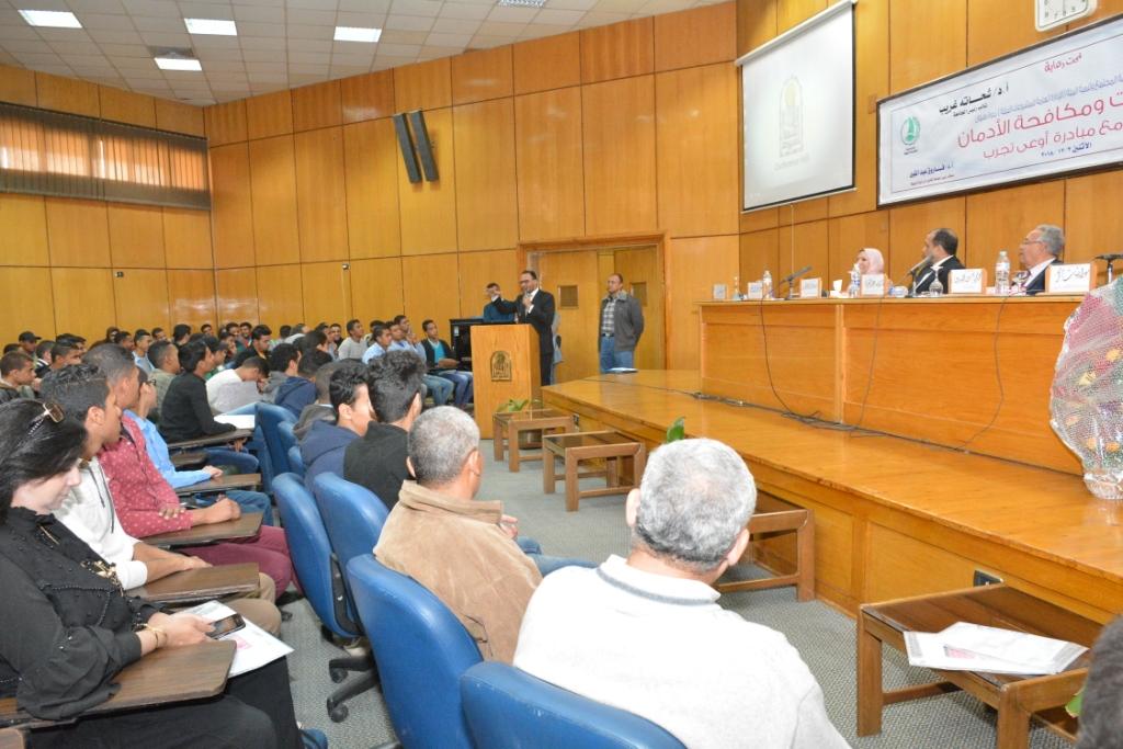 ندوة التشريعات ومكافحة الإدمان بجامعة أسيوط (9)