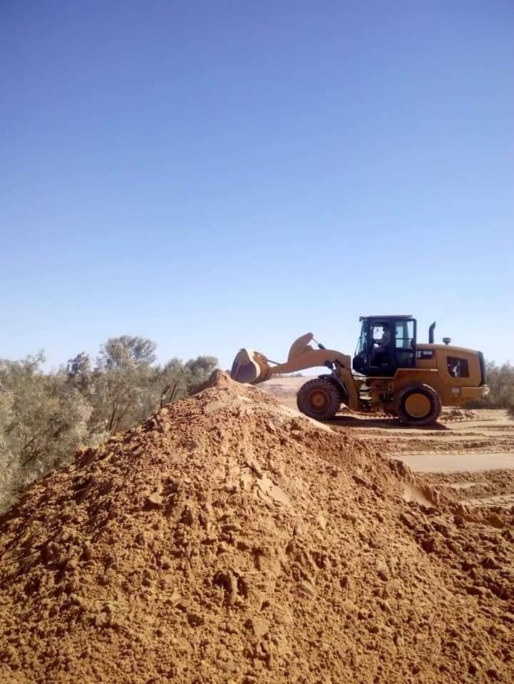 سواتر ترابية حول برك الصرف الصحى بمدينة الخارجة (1)