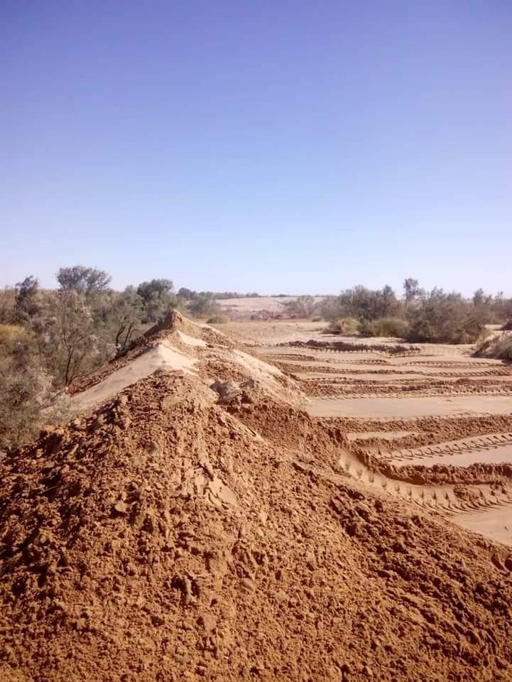 سواتر ترابية حول برك الصرف الصحى بمدينة الخارجة (7)