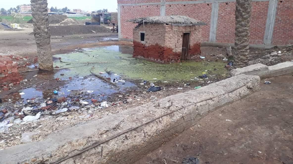 الصرف الصحي يغرق شوارع القريه