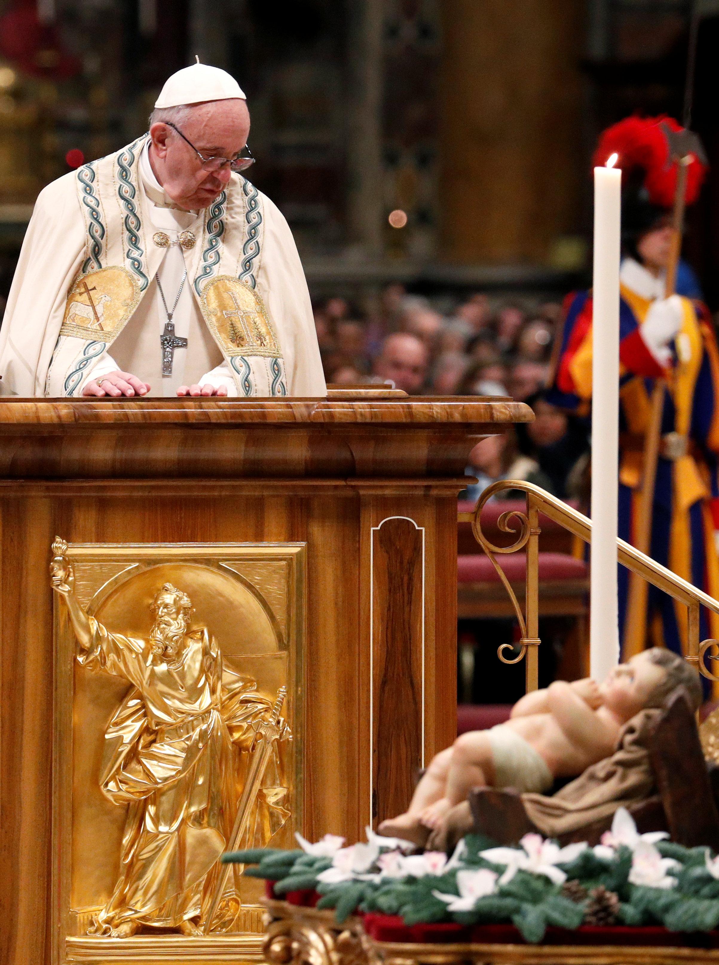بابا الفاتيكان يؤدى صلاة الغروب