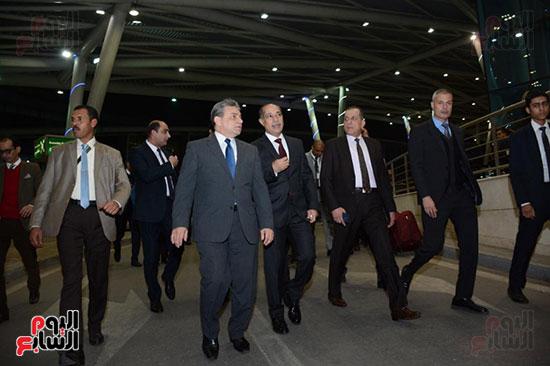 وزير الطيران يتفقد مطار القاهرة ويهنئ العاملين والمسافرين بالعام الجدید (3)