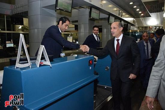 وزير الطيران يتفقد مطار القاهرة ويهنئ العاملين والمسافرين بالعام الجدید (2)