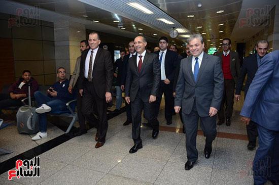 وزير الطيران يتفقد مطار القاهرة ويهنئ العاملين والمسافرين بالعام الجدید (4)
