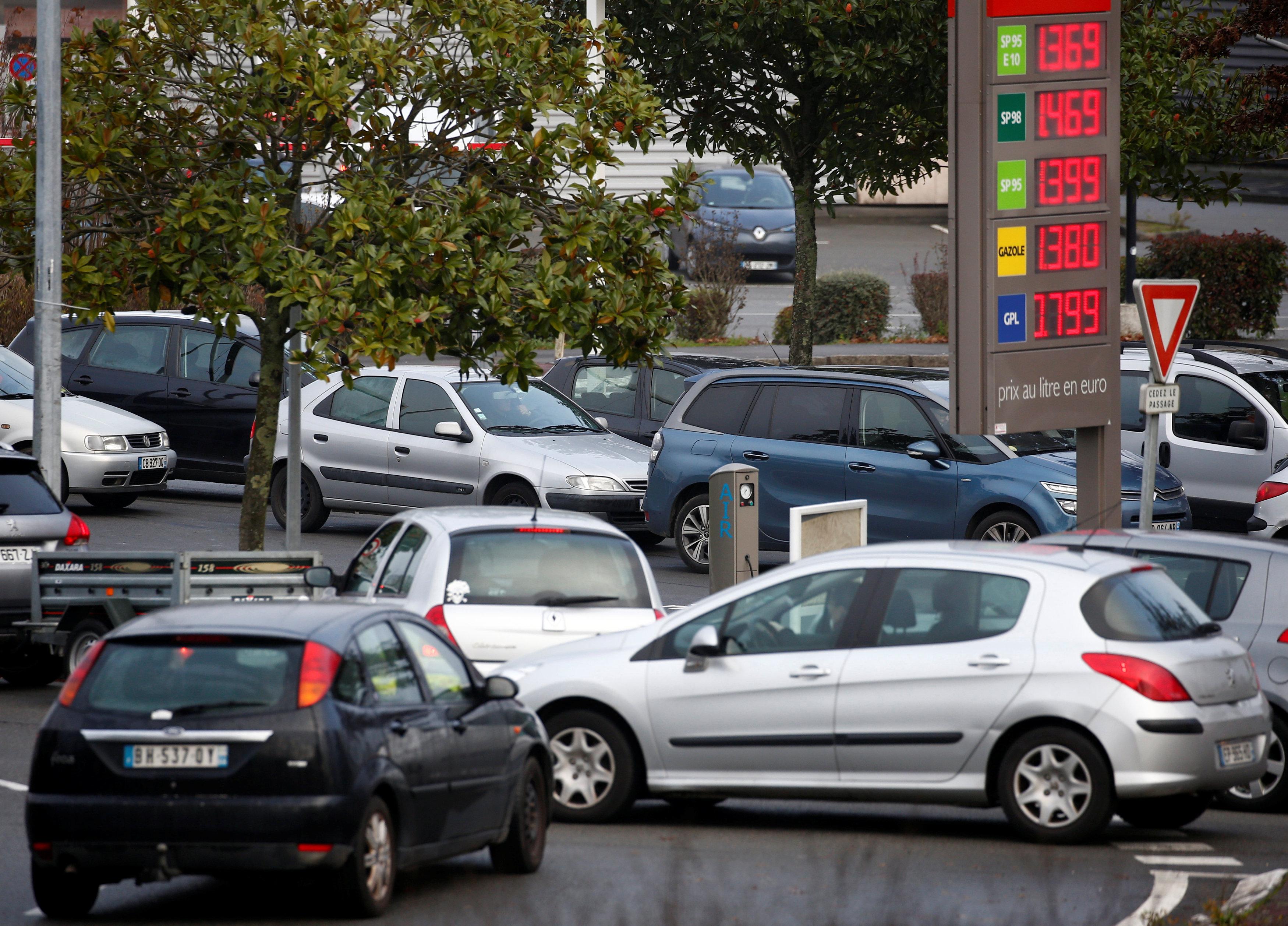 سيارات تتزاحم امام أحد محطات الوقود