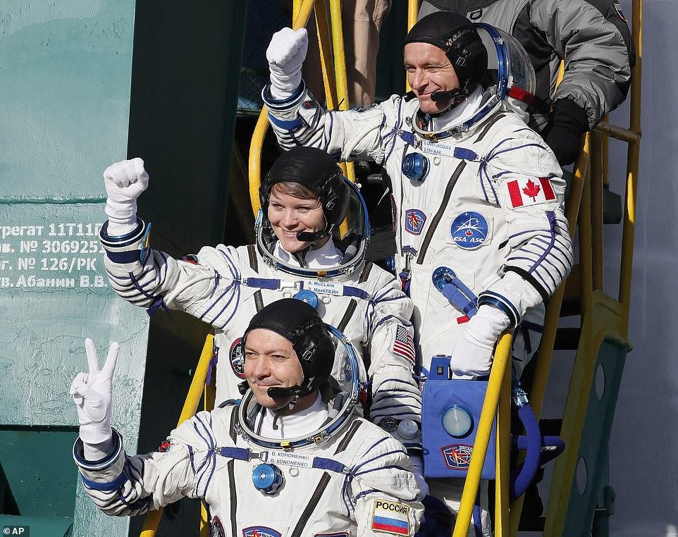 رواد الفضاء الثلاثة قبل الإنطلاق بدقائق (1)