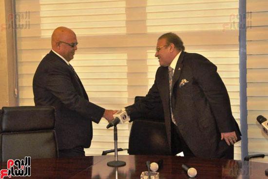 حسن راتب يوقع عقد شراء أرض الجامعة الدولية بالعاصمة الإدارية (27)