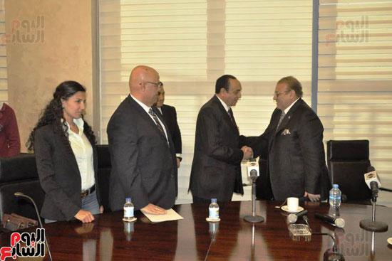 حسن راتب يوقع عقد شراء أرض الجامعة الدولية بالعاصمة الإدارية (20)