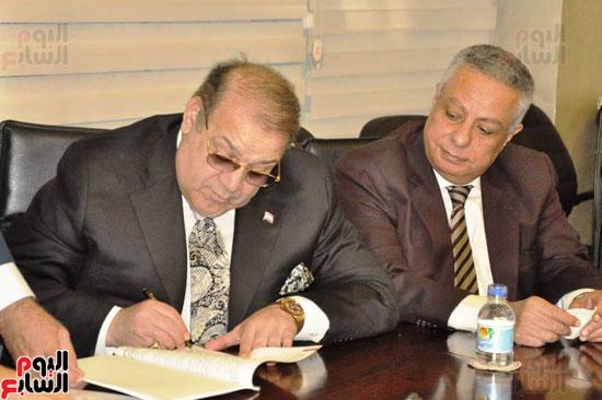 حسن راتب يوقع عقد شراء أرض الجامعة الدولية بالعاصمة الإدارية (16)