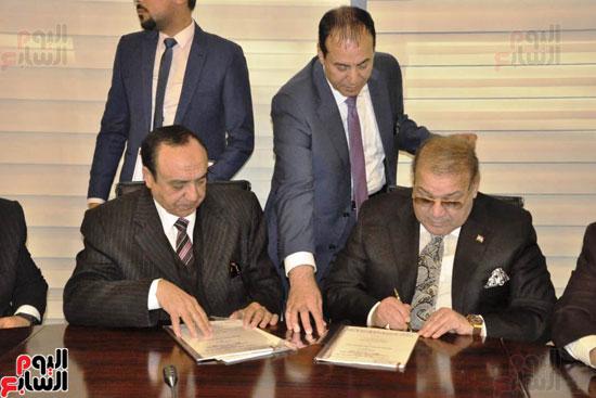 حسن راتب يوقع عقد شراء أرض الجامعة الدولية بالعاصمة الإدارية (13)