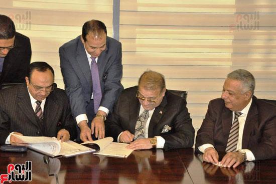 حسن راتب يوقع عقد شراء أرض الجامعة الدولية بالعاصمة الإدارية (10)