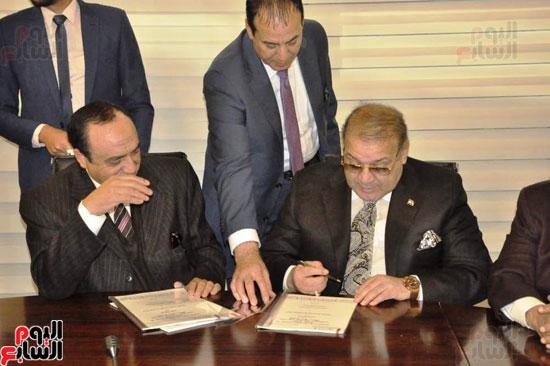 حسن راتب يوقع عقد شراء أرض الجامعة الدولية بالعاصمة الإدارية (17)