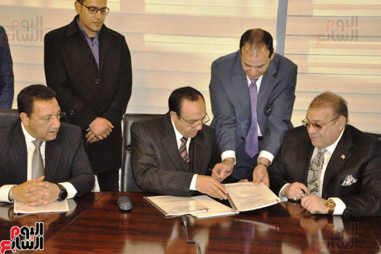 حسن راتب يوقع عقد شراء أرض الجامعة الدولية بالعاصمة الإدارية (22)