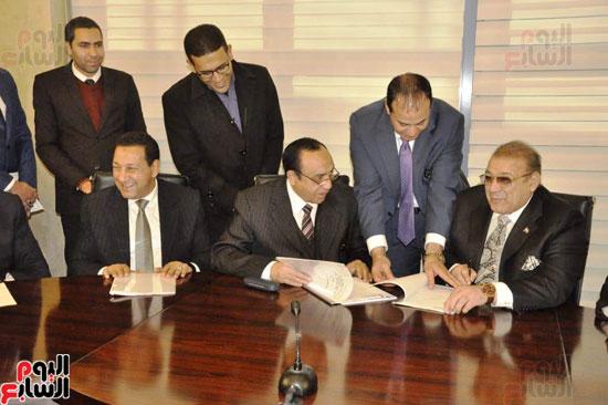 حسن راتب يوقع عقد شراء أرض الجامعة الدولية بالعاصمة الإدارية (18)