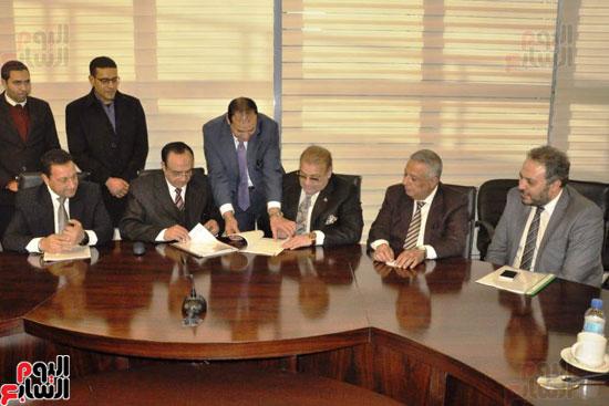 حسن راتب يوقع عقد شراء أرض الجامعة الدولية بالعاصمة الإدارية (8)