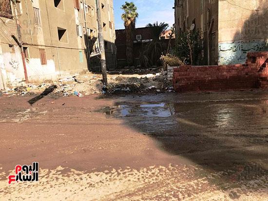 الصرف الصحى يغرق مساكن حى حسام كيلانى (1)